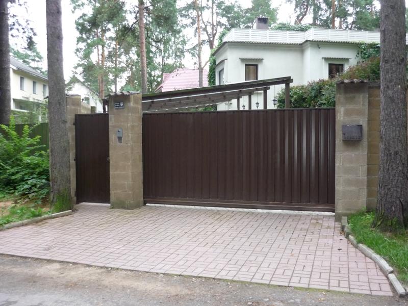 Откатные ворота с рядом стоящей боковой калиткой