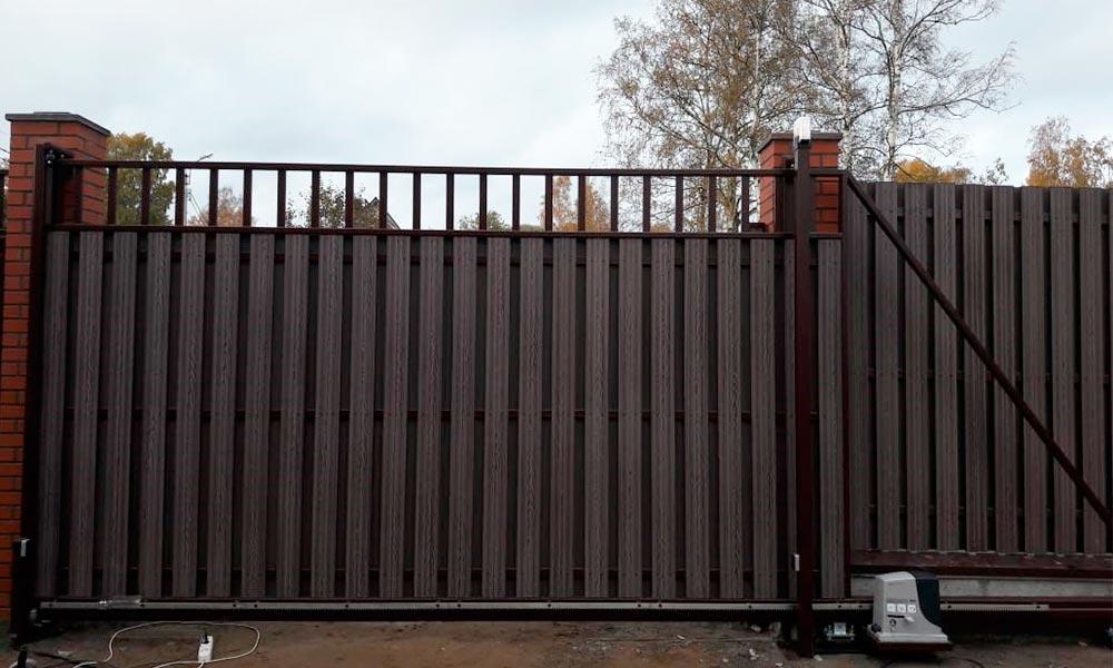 откатные ворота твель с зашивкой композитной доской