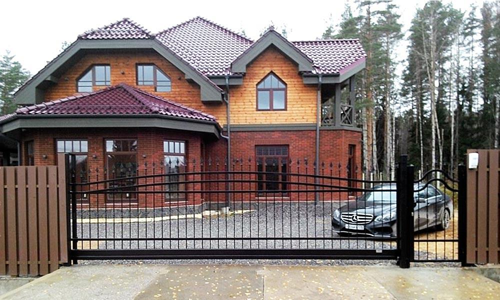 Откатные ворота с боковой калиткой решетчатого типа с арочным изгибом в верхней части