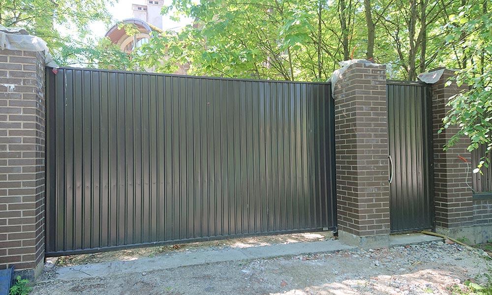 Откатные ворота с отдельно стоящей калиткой, зашитые проф.листом С10 Мираж-Сталь RAL8019