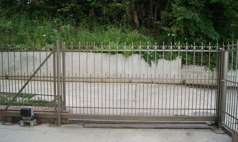 Откатные ворота с использованием кованых элементов