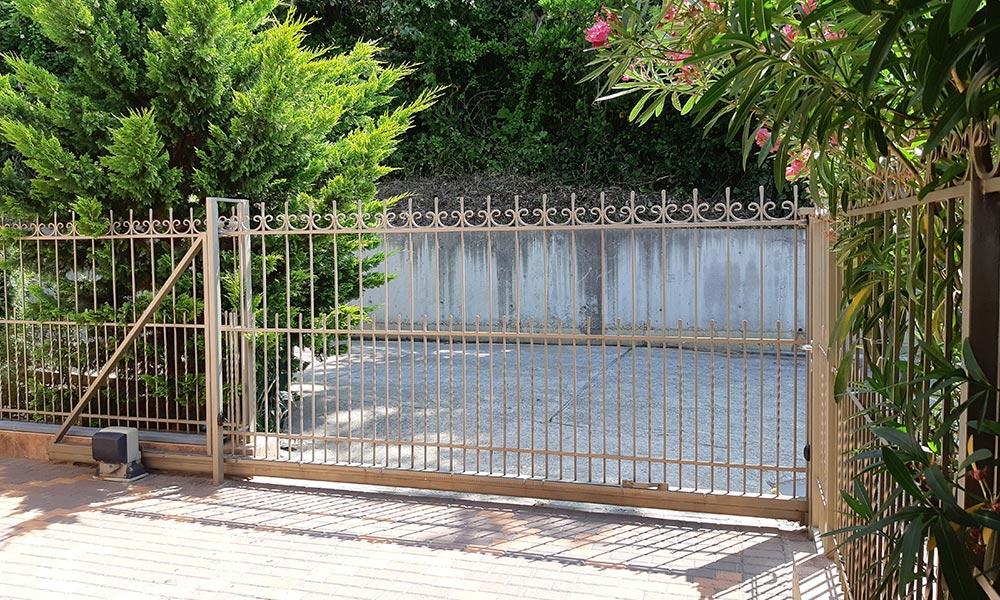 Откатные ворота с использование кованых элементов