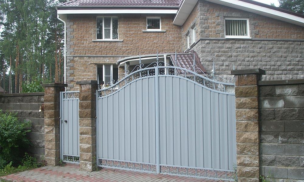 Распашные ворота с коваными элементами и боковая калитка в стиле ворот