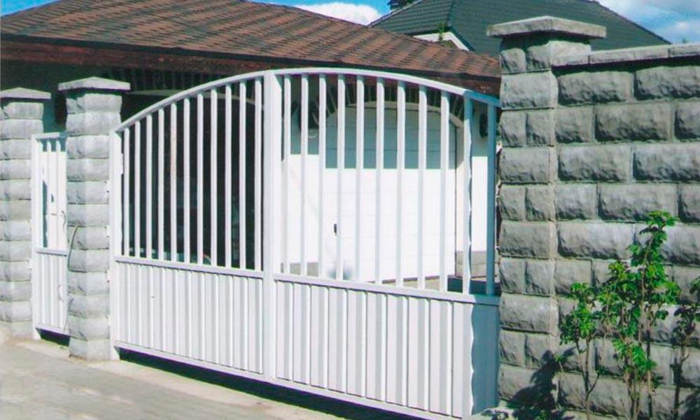 Распашные ворота с комбинированной зашивкой с аркой в верхней части и боковая калитка в стиле ворот