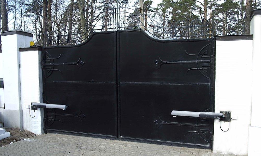 Распашные ворота с коваными элементами, зашитые гладким листом с автоматикой САМЕ ATI