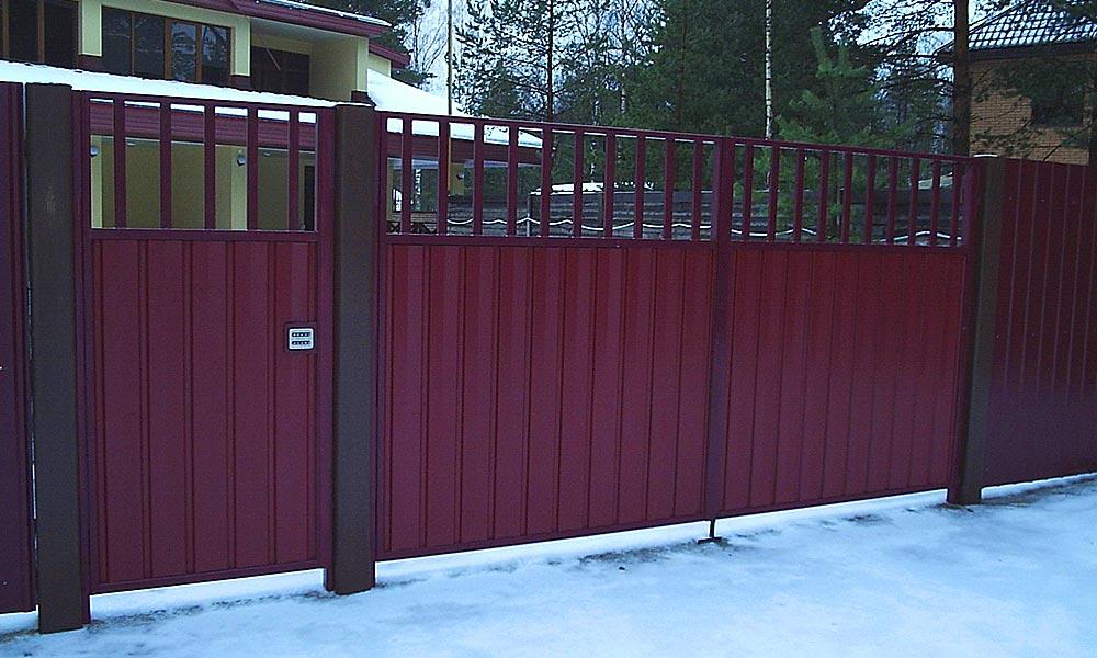 Распашные ворота с рядом стоящей калиткой в стиле ворот, зашитые проф.листом цвет вишня RAL3005