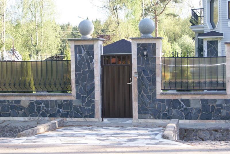 Боковая калитка в стиле ворот