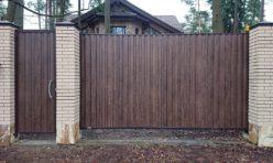 Откатные ворота, зашитые проф.листом с имитацией деревянной поверхности. Отдельно стоящая калитка с электромеханическим замком