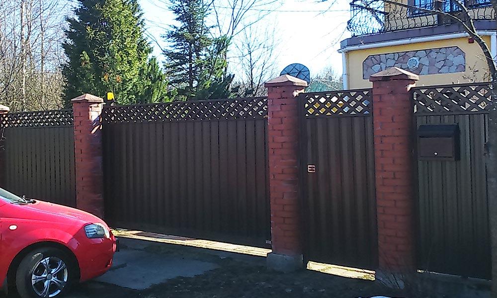 Откатные ворота, калитка, заборные секции комбинированной зашивки с косой решеткой сверху, зашитые проф.листом С10 Гранд-Лайн