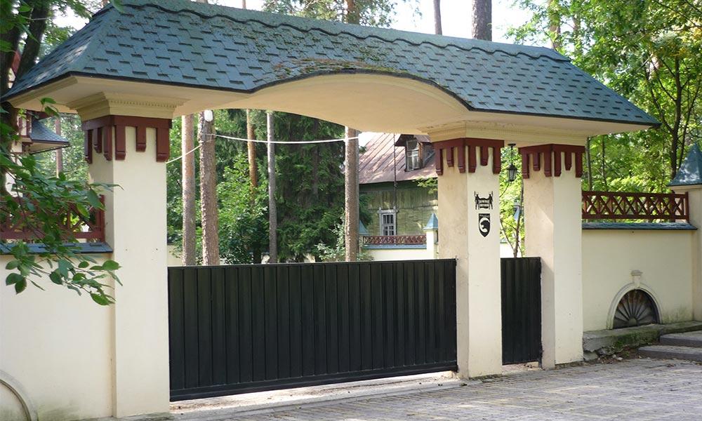 Откатные ворота с боковой калиткой, зашитые проф.листом RAL9005