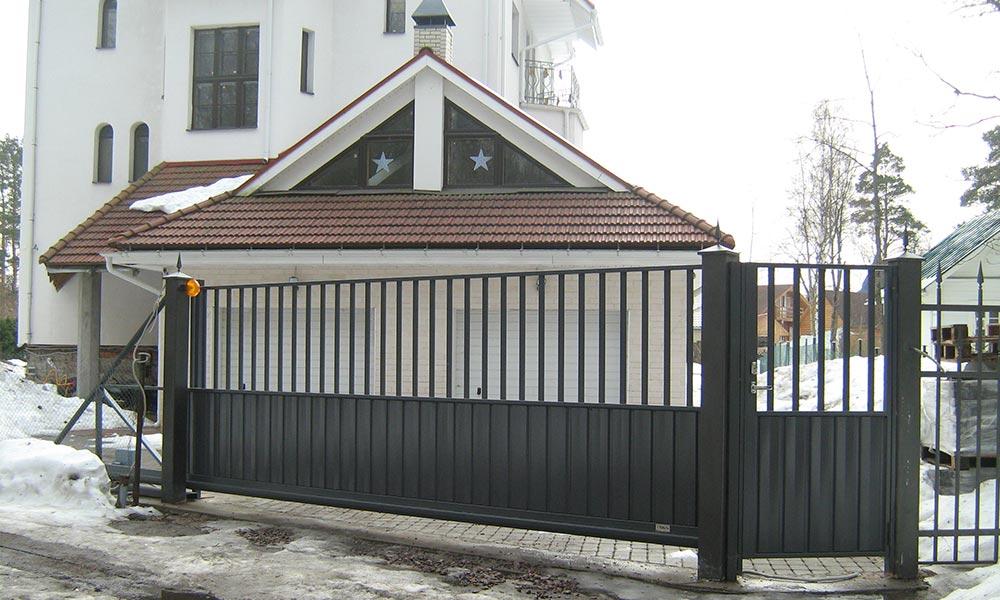 Откатные ворота с рядом стоящей калиткой в комбинированной зашивке