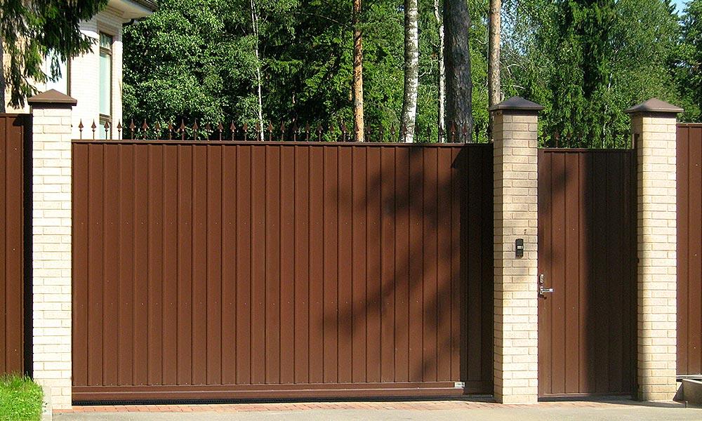 Откатные ворота с зашивкой проф.листом и пиками в верхней части ворот. Боковая калитка в стиле ворот