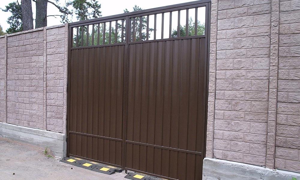 Распашные ворота с зашивкой проф.листом комбинированного типа